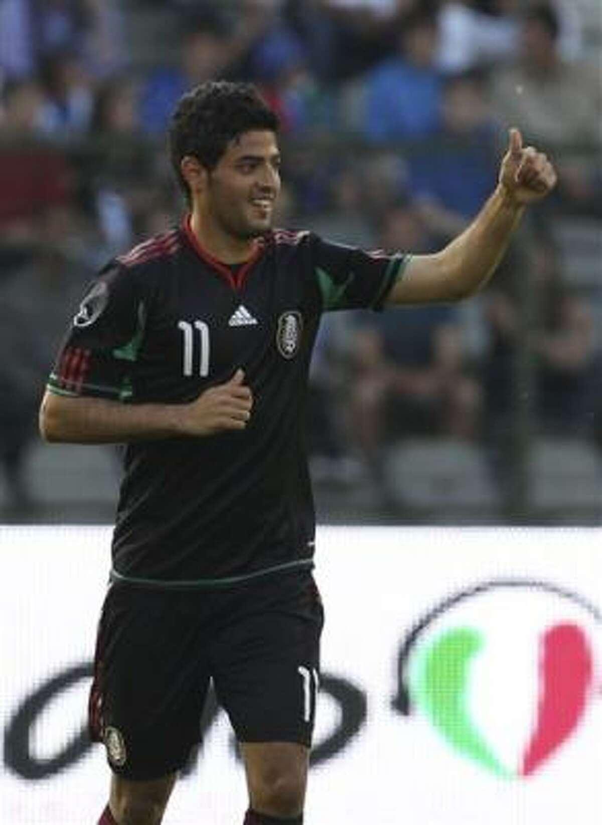 Carlos Vela celebra, alzando el pulgar, su gol ante el equipo italiano.