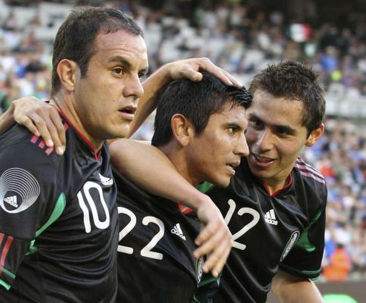 Paul Aguilar (der.) y Cuauhtémoc Blanco (izq), felicitan a su compañero Alberto Medina luego del segundo gol ante Italia.