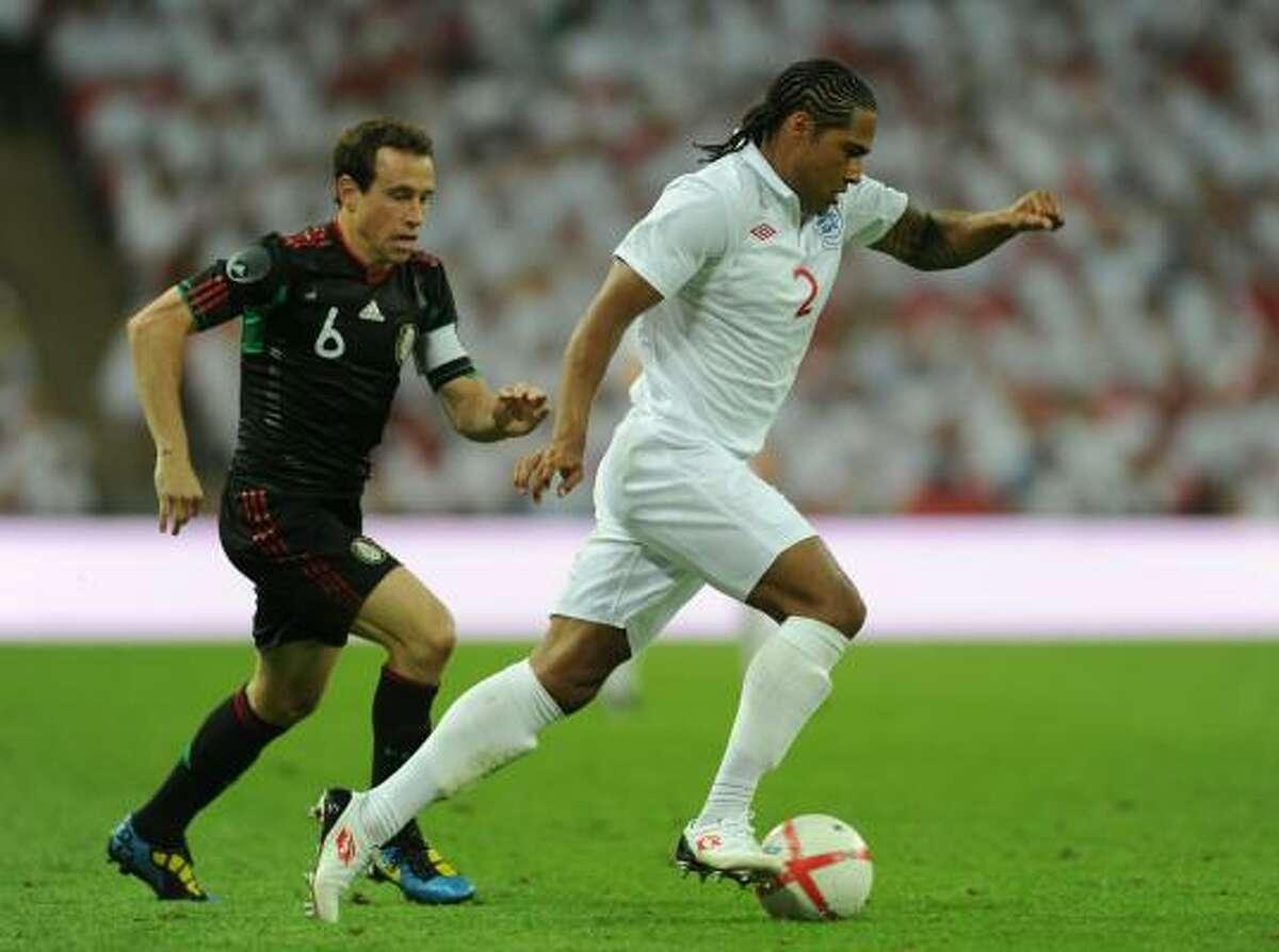 Glen Johnson (der.) deja en el camino a Gerardo Torrado en la jugada del tercer gol de Inglaterra.