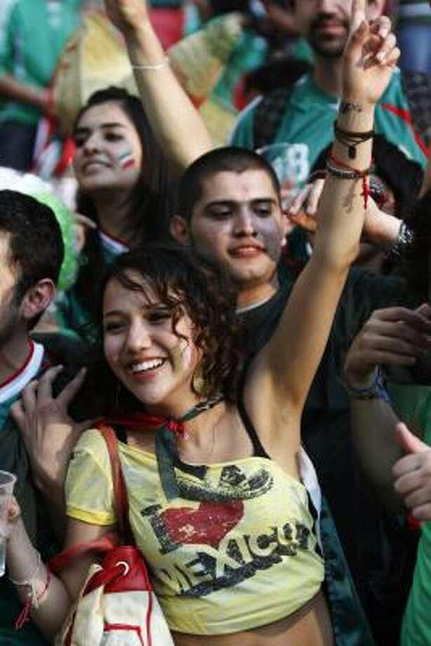 Los mexicanos alentaron a su equipo en el legendario estadio de Wembley. Photo: Lefteris Pitarakis, AP