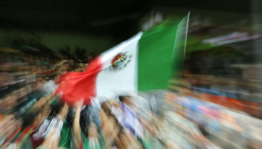 Los aficionados mexicanos apoyaron a su equipo en el Badenova Stadium de Friburgo, Alemania. Photo: THOMAS KIENZLE, AFP/Getty Images