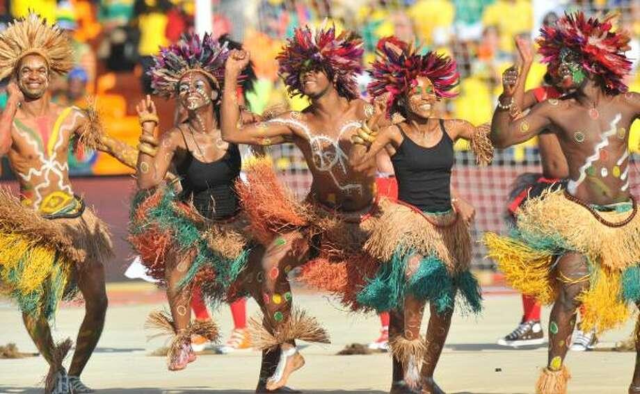 La inauguración de la Copa del Mundo estuvo llena del colorido de los bailarínes sudafricanos. Photo: ALEXANDER JOE, AFP/Getty Images