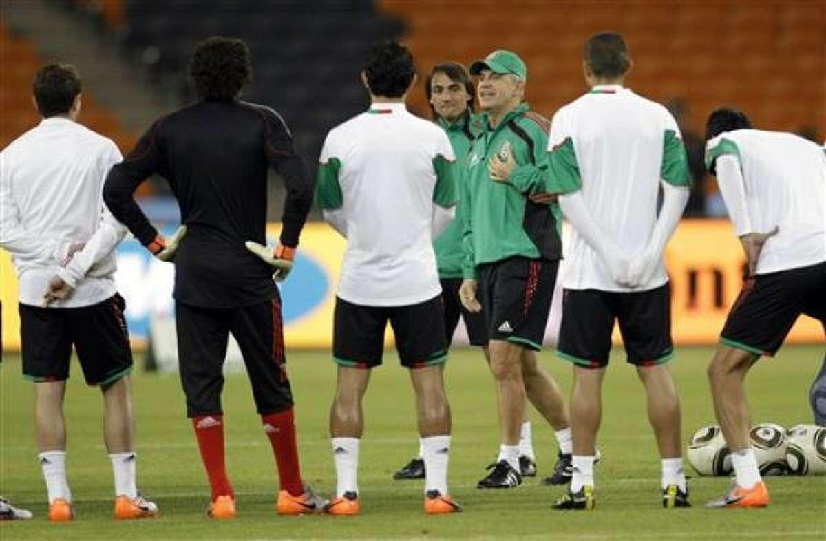 El técnico Javier Aguirre (con la gorra) da indicaciones a los jugadores el jueves 10 de junio, en el último entrenamiento de México para el partido del viernes con Sudáfrica que inaugurará la Copa Mundial.