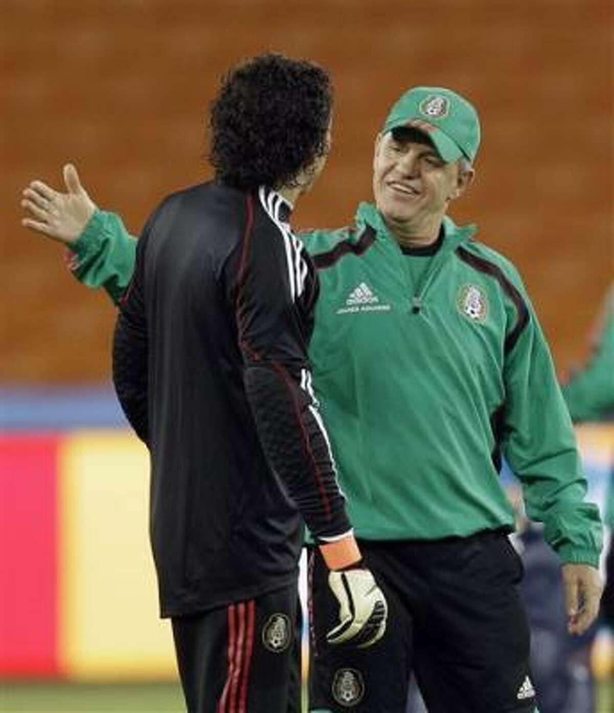 El técnico de México Javier Aguirre, a la derecha, conversa con el arquero Guillermo Ochoa durante una práctica previo al partido México-Sudáfrica en la Copa Mundial el jueves 10 de junio de 2010.