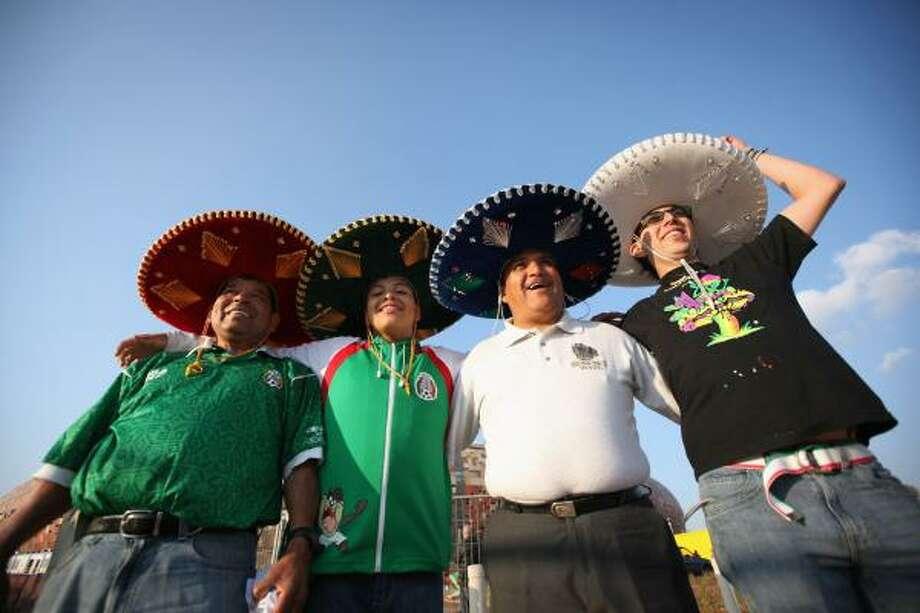 Los aficionados mexicanos ya empiezan a llenar de sombreros charros a Sudáfrica. Photo: Dan Kitwood, Getty Images