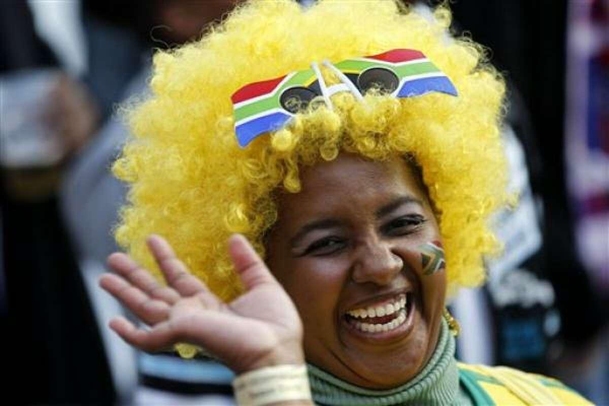 Una aficionada sudafricana saluda con una gran sonrisa en las horas previas a la Copa del Mundo.