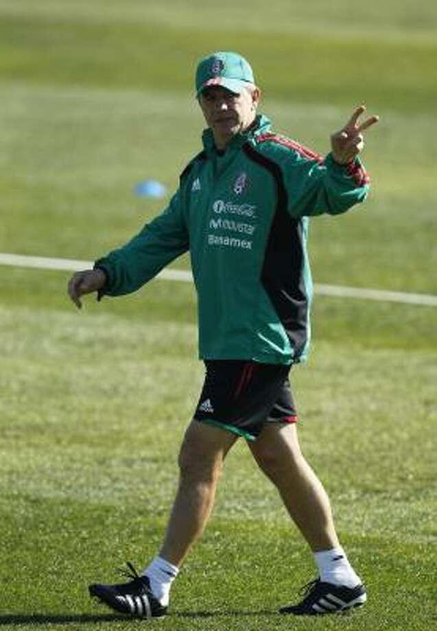 El entrenador de México, Javier Aguirre, apuesta a una mezcla de juventud y experiencia. Photo: Guillermo Arias, AP