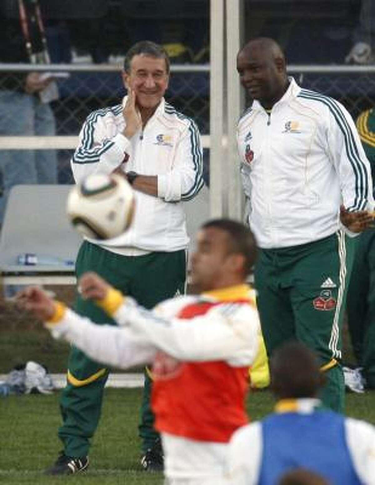 El entrenador de Sudáfrica, el brasileño Carlos Alberto Parreira (izq.), está confiado para el debut.