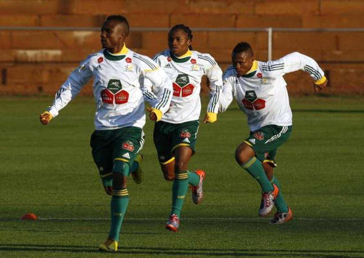 Teko Modise, Siphiwe Tshabalala y Kagisho Dikgacoi (de izq. a der.) entrenan para el debut.