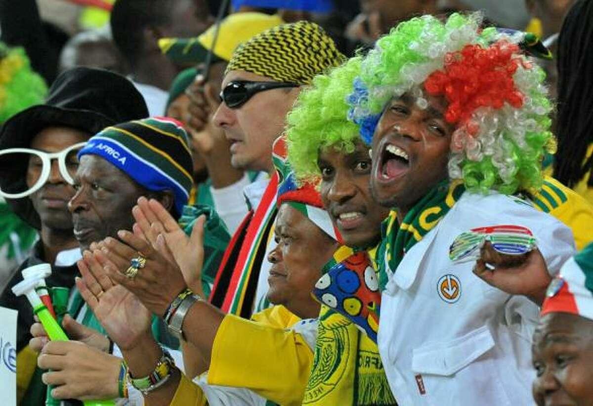 El colorido de Sudáfrica ya se empieza a ver en las tribunas del estadio Soccer City.