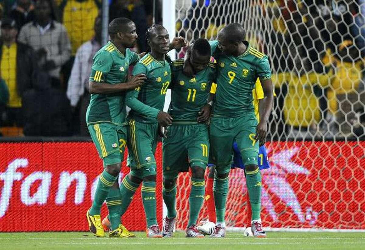 El sudafricano Teko Modise es felicitado por sus compañeros tras anotar uno de los tres penales.