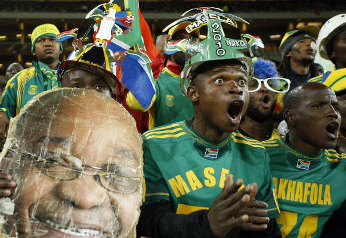Los aficionados sudafricanos celebran el triunfo de los Bafana Bafana sobre Colombia.