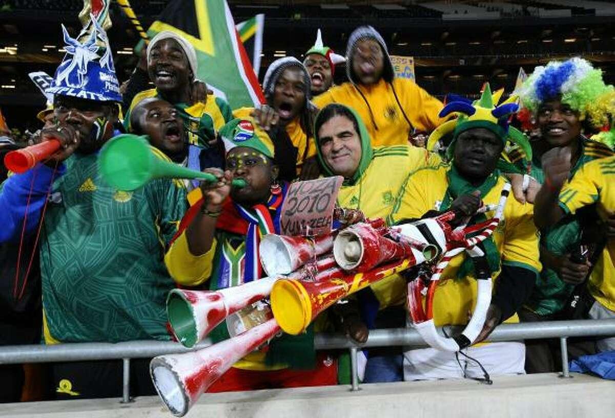 Seguidores de los Bafana Bafana posan luego del triunfo de su equipo ante Colombia.