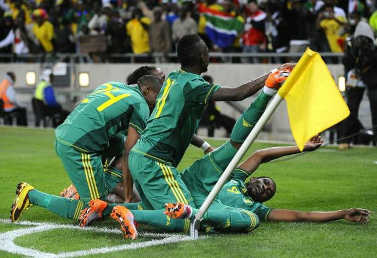 Los jugadores sudafricanos celebran el triunfo en el juego de preparación para la Copa del Mundo.