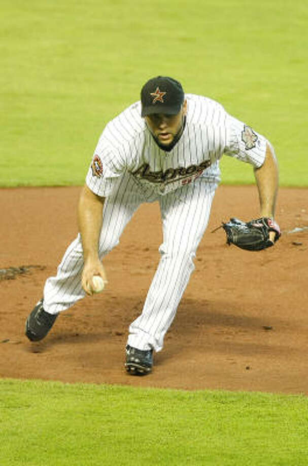 Astros starter Felipe Paulino fields a grounder during the first inning. Photo: Nick De La Torre, Chronicle