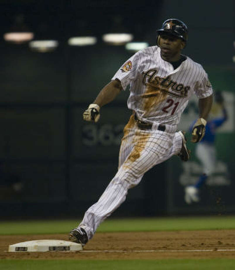 Astros center fielder Michael Bourn rounds third base in the second inning. Photo: Yasmeen Smalley, Chronicle