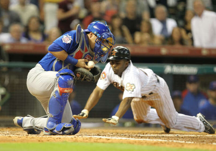 Astros center fielder slides safely into home as Cubs catcher struggles to handle the throw during the fifth inning. Photo: Nick De La Torre, Chronicle