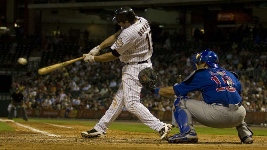 Astros first baseman Lance Berkman singles in the seventh. Photo: Yasmeen Smalley, Chronicle