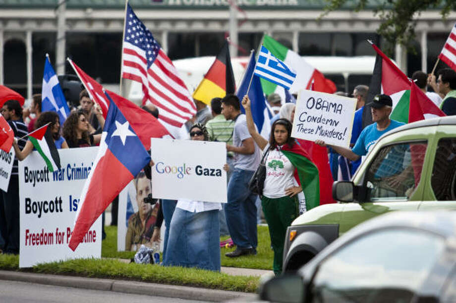 Pro-Palestinian protesters gather at the intersection of Westheimer and Post Oak in Houston. Photo: Eric Kayne, For The Chronicle