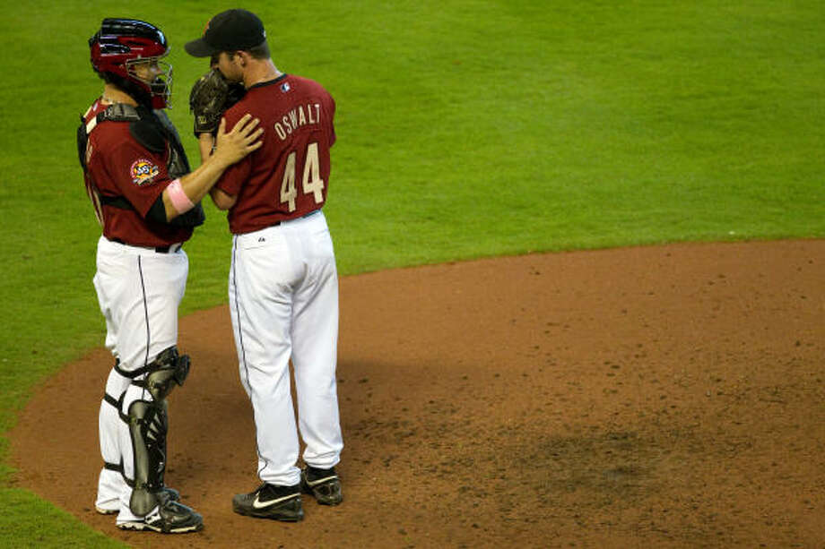 Roy Oswalt gets a visit from catcher Humberto Quintero during the eighth inning. Photo: Smiley N. Pool, Chronicle