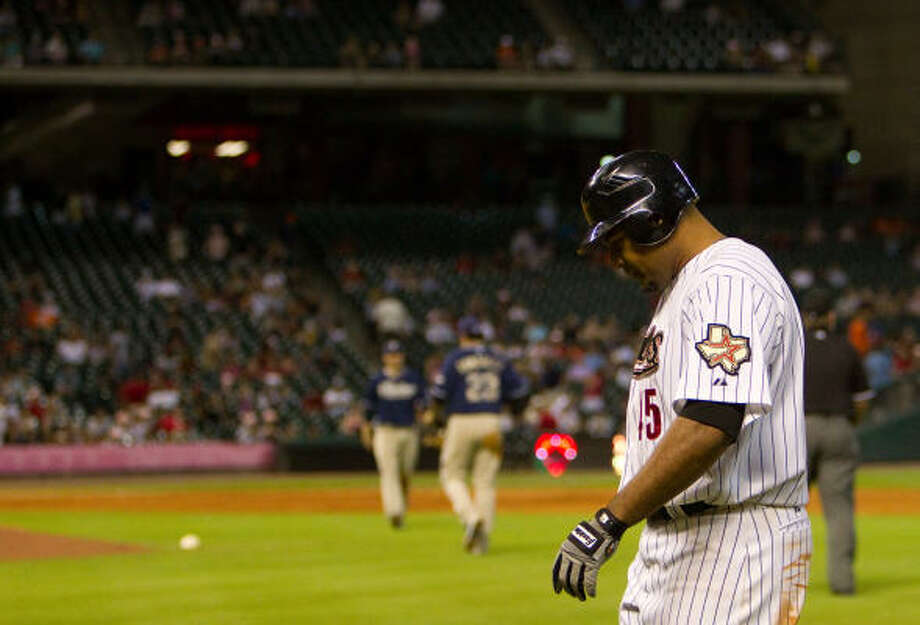 Astros left fielder Carlos Lee walks back to the dougout after making the game's final out. Photo: Smiley N. Pool, Chronicle