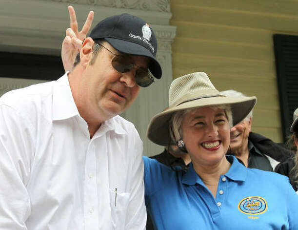 Actor Dan Aykroyd and Mayor Annise Parker mug for the cameras. Photo: Nick De La Torre, Chronicle / HC