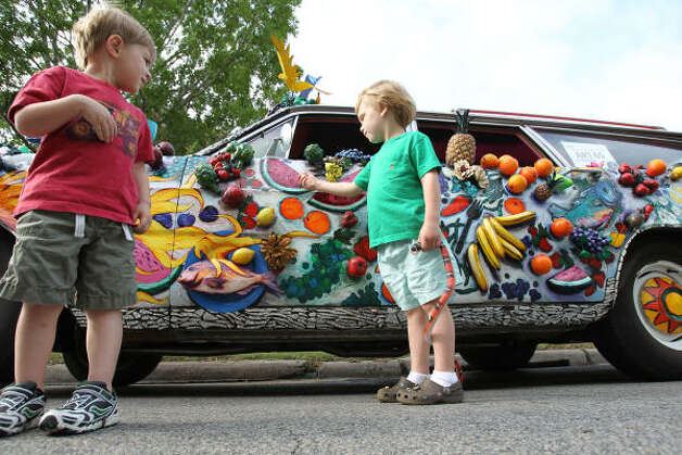 Houston residents Jake Miers, left, and Nicolas Gioco, both 3, get a better look at an entry in Saturday's Art Car Parade. Photo: Nick De La Torre, Chronicle / HC