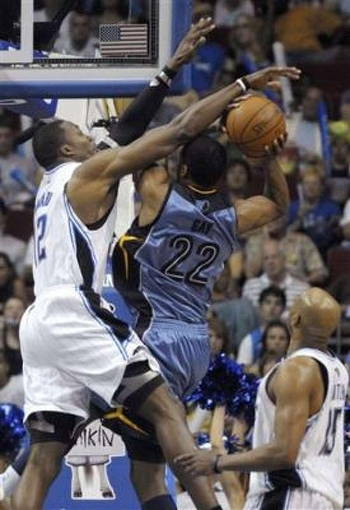 Foto de archivo del 4 de abril de 2010 del jugador del Magic de Orlando, Dwight Howard, izquierda, bloqueando un tiro de Rudy Gay de Memphis. Howard fue nombrado jugador defensivo del año de la NBA el martes, 20 de abril de 2010.