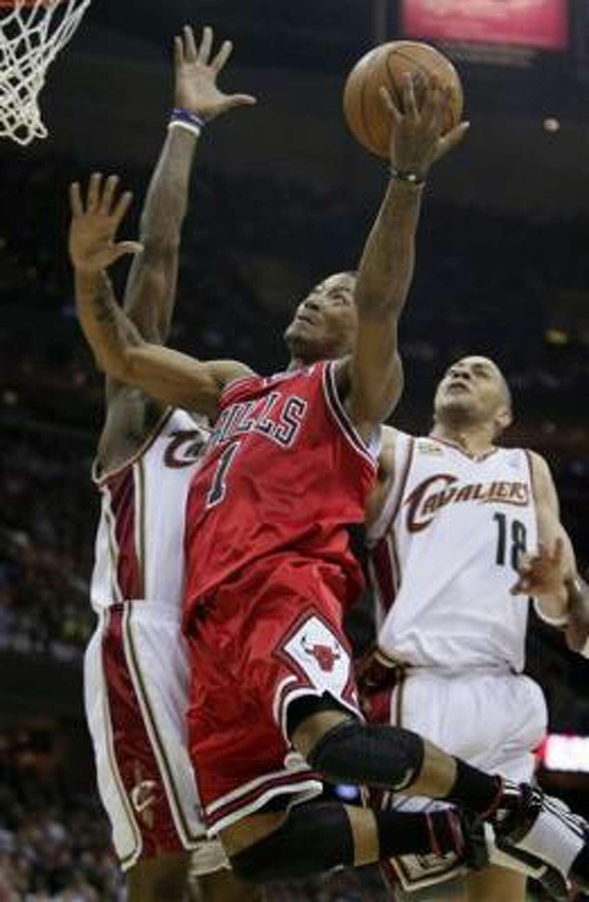 Joakim Noah, de los Bulls de Chicago, vuelca la pelota contra los Cavaliers de Cleveland, durante el segundo partido de la primera ronda de la postemporada de la NBA, disputado el lunes 19 de abril del 2010, en Cleveland.