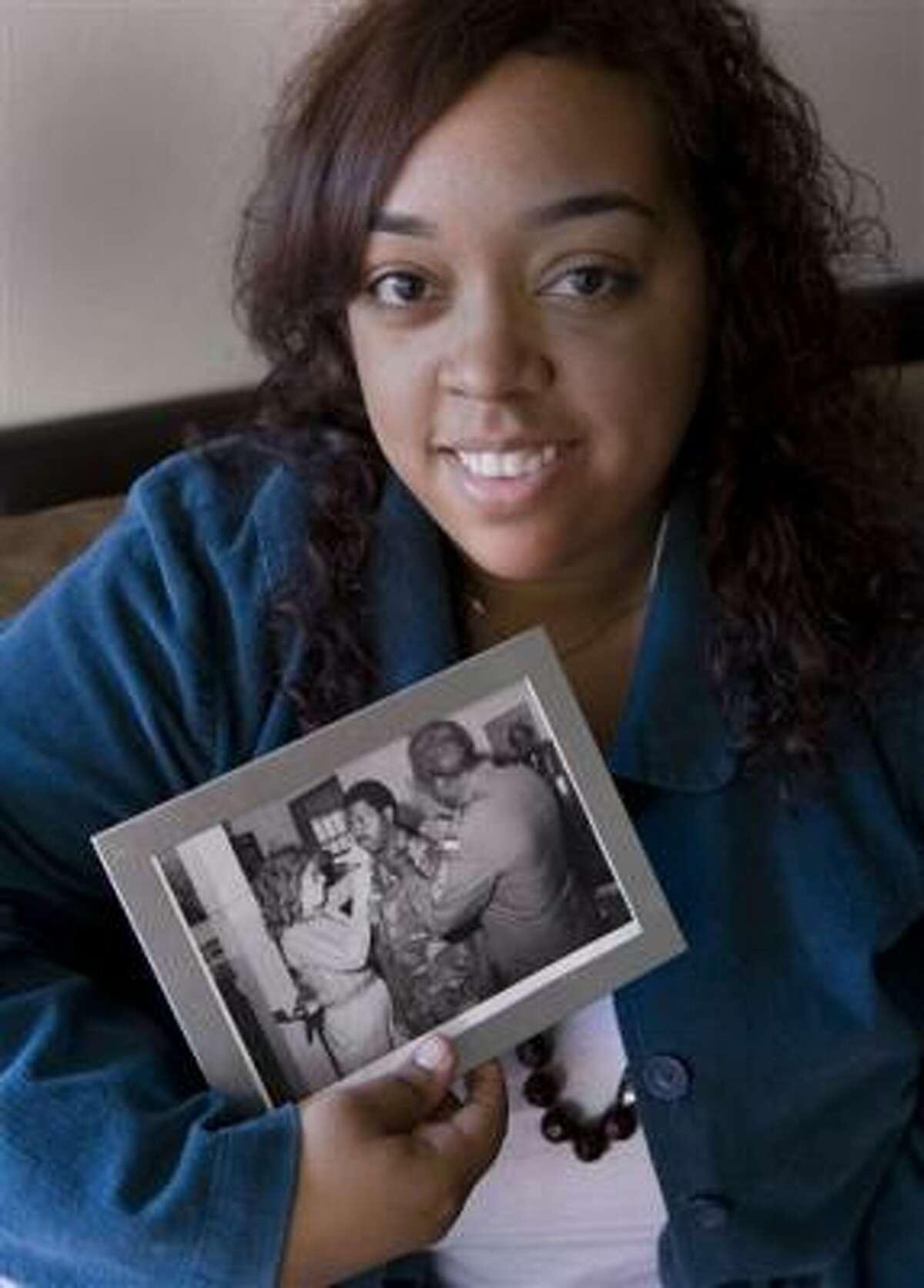 Laura Martin muestra una foto de sus padres, él negro, ella blanca. Martin dice que, a pesar de ser mitad blanca, se siente negra.