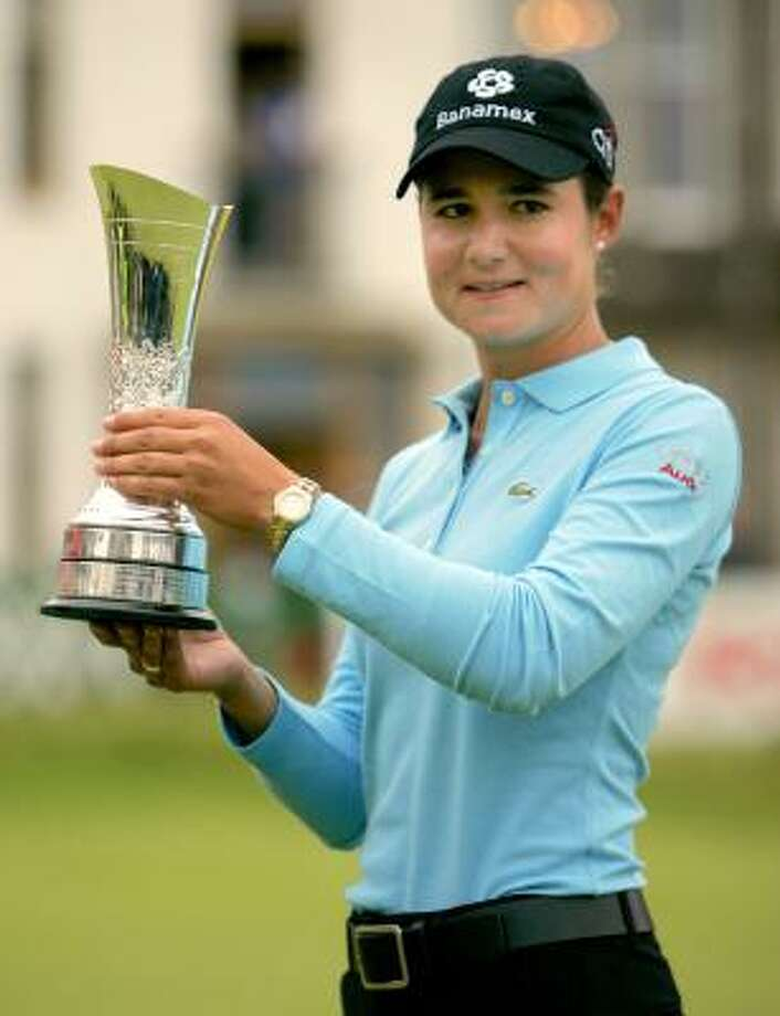 Lorena Ochoa holds the British Open trophy in St Andrews, Scotland on Aug. 5, 2007. Photo: AP