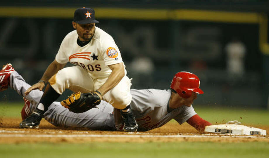 Astros first baseman Pedro Feliz tries to tag Phillies second baseman Chase Utley during the seventh inning. Photo: Karen Warren, Chronicle
