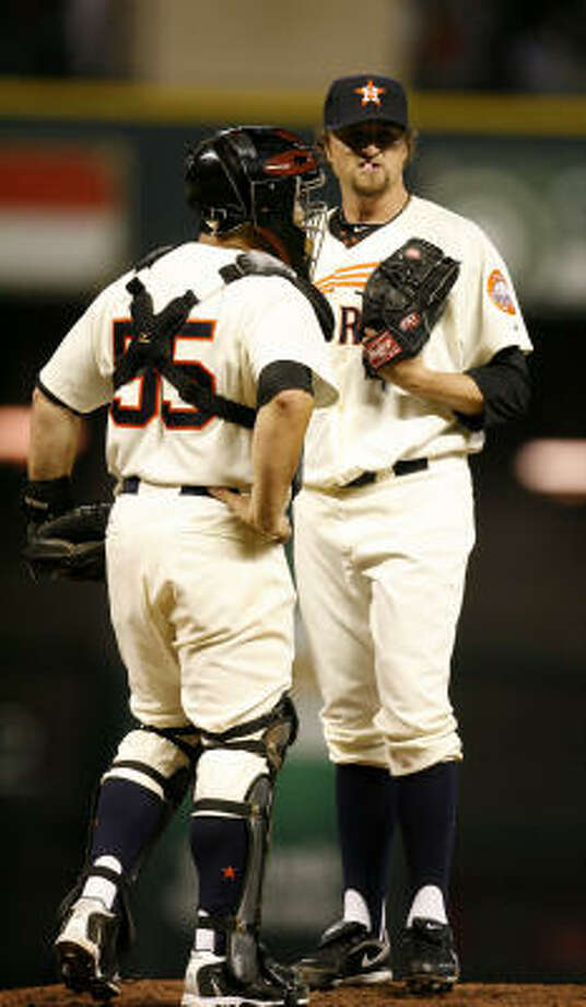 Astros relief pitcher Brandon Lyon gets a visit from catcher Humberto Quintero during the seventh inning. Photo: Karen Warren, Chronicle
