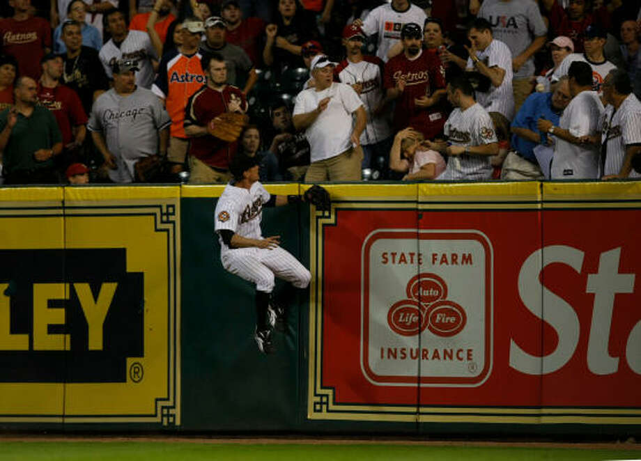 Astros outfielder Hunter Pence's jump is not enough to stop a solo home run by the Giants'  Mark DeRosa in the eighth inning. Photo: Julio Cortez, Chronicle