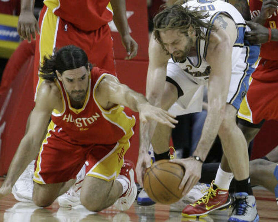 Wizards forward Fabricio Oberto, right, and Rockets forward Luis Scola scramble for the ball. Photo: Pat Sullivan, AP