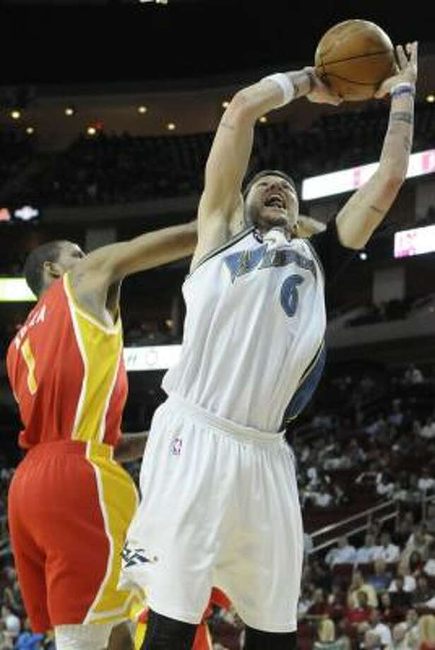 Wizards forward Mike Miller goes for two points in front of Rockets forward Trevor Ariza. Photo: Pat Sullivan, AP