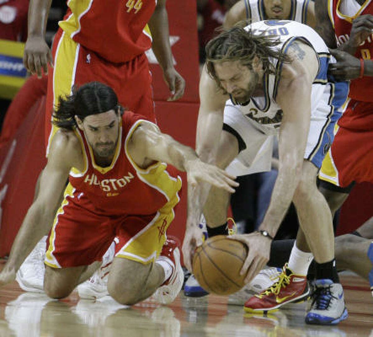 Wizards forward Fabricio Oberto, right, and Rockets forward Luis Scola scramble for the ball.