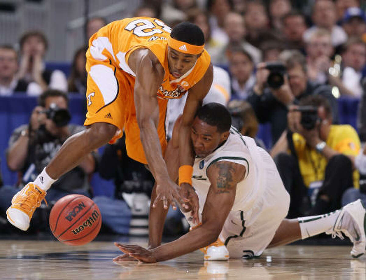 Scotty Hopson, left, of Tennessee and Delvon Roe of Michigan State scramble for the loose ball.