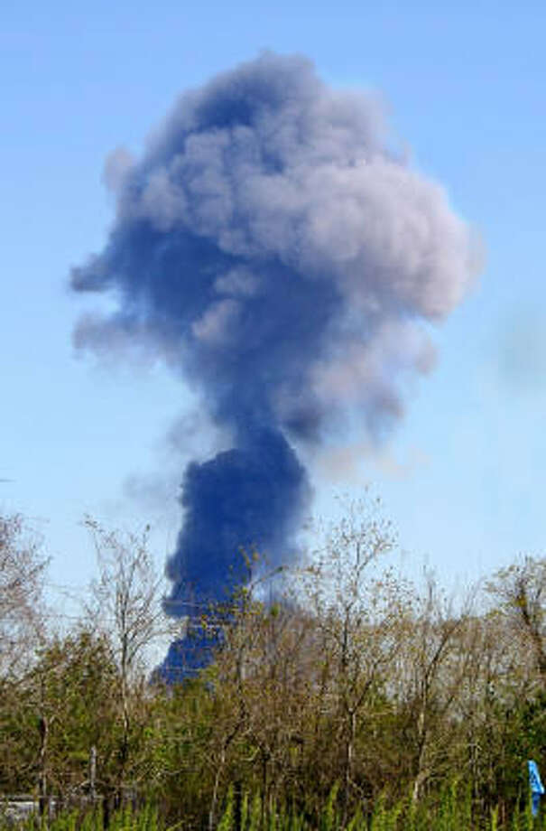 Smoke appears about 30 seconds after the blast the BP plant March 23, 2005 in Texas City. Photo: Jim Giles, For The Chronicle