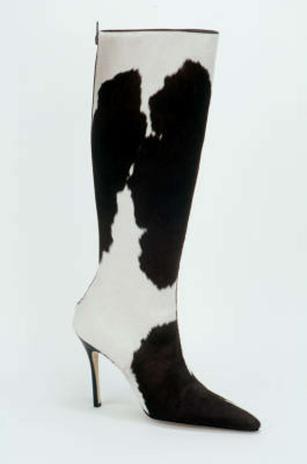 Wear skinny high heels with pointy toes. Legs look slim and sexy in skirts paired with a boot or shoe that has a tapered toe and at least a 2-inch stiletto. A slender toe and thin heel work to extend the narrow silhouette of calves. Square-toed shoes with a chunky heel give the appearance of a shorter, bulky leg.