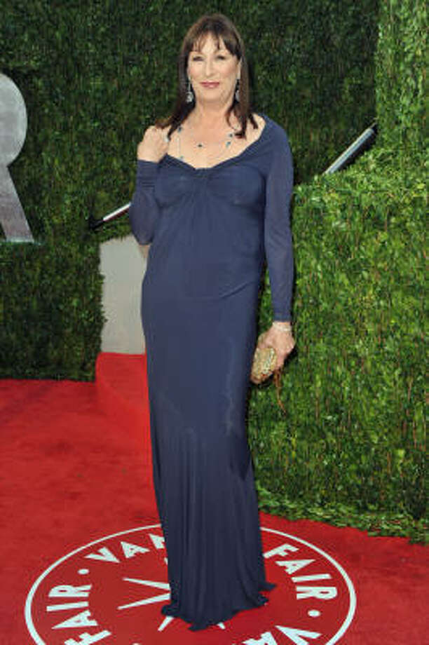 DUMPY: Anjelica Huston doesn't look like she wants to be at the Oscars and is not happy wearing that dress. Photo: Pascal Le Segretain, Getty Images