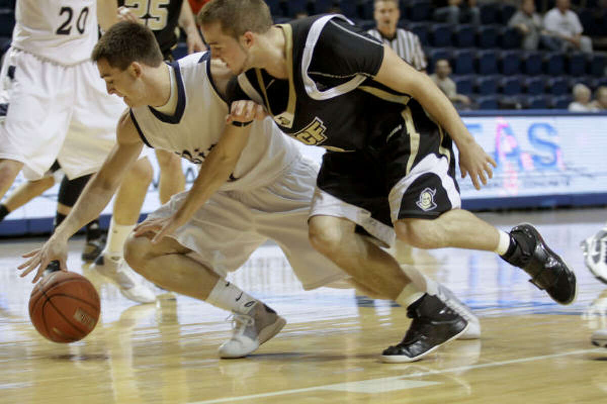 Rice's Nate Schwarze, right, and Central Florida's A. J. Rompza scramble for the ball.