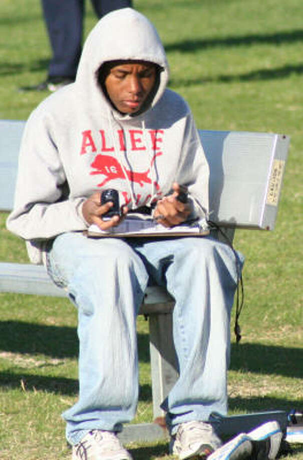 Alief Taylor student texting (Mom, I'm gonna be late.) Photo: Gerald James, For The Chronicle