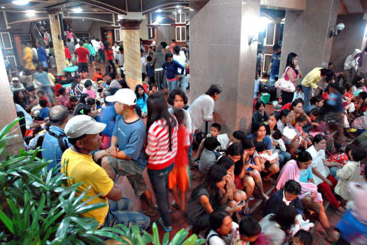 Filipinos take shelter in Tandag.