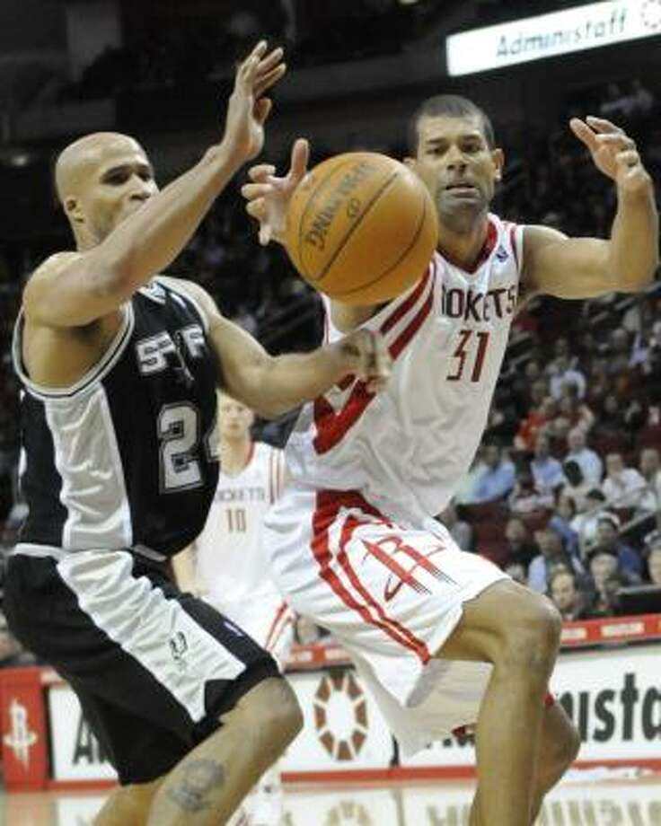 Spurs forward Richard Jefferson and Shane Battier reach for a loose ball. Photo: Pat Sullivan, AP