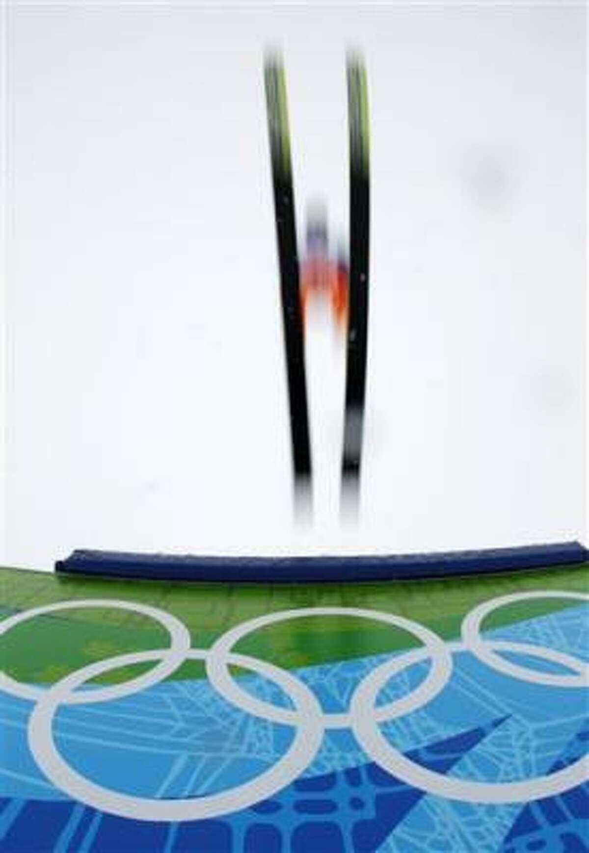 Un atleta no identificado hace un salto durante un entrenamiento previo al inicio de los Juegos Olímpicos de Invierno Vancouver 2010 en Whistler, Canadá, el jueves 11 de febrero del 2010.