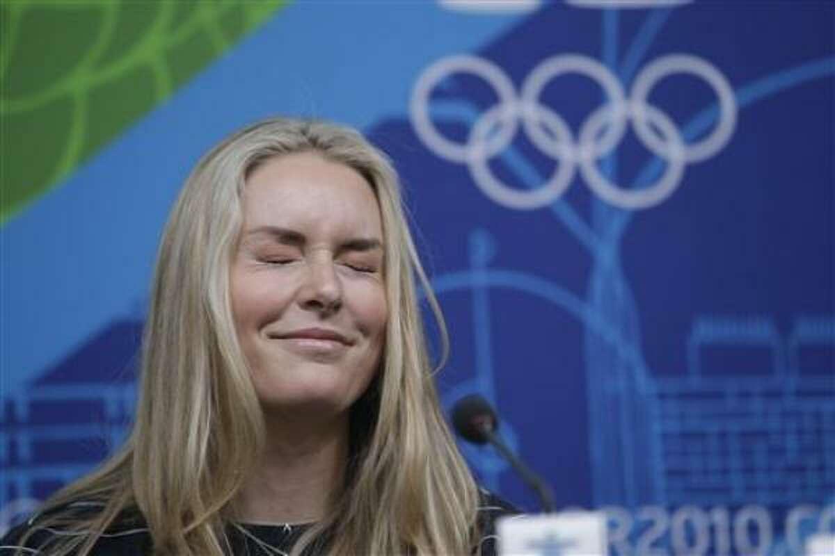 La esquiadora estadounidense Lindsey Vonn gesticula ante una pregunta en una conferencia de prensa el miércoles 10 de febrero del 2010, en Vancouver. Al día siguiente Vonn retomó su entrenamiento.