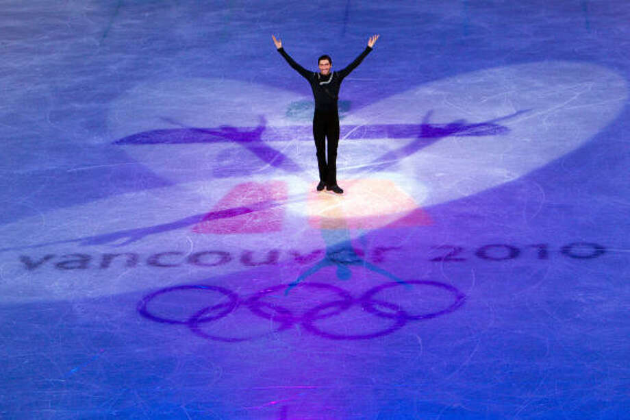 Evan Lysacek takes a bow before the victory ceremony. Photo: Smiley N. Pool, Chronicle Olympic Bureau