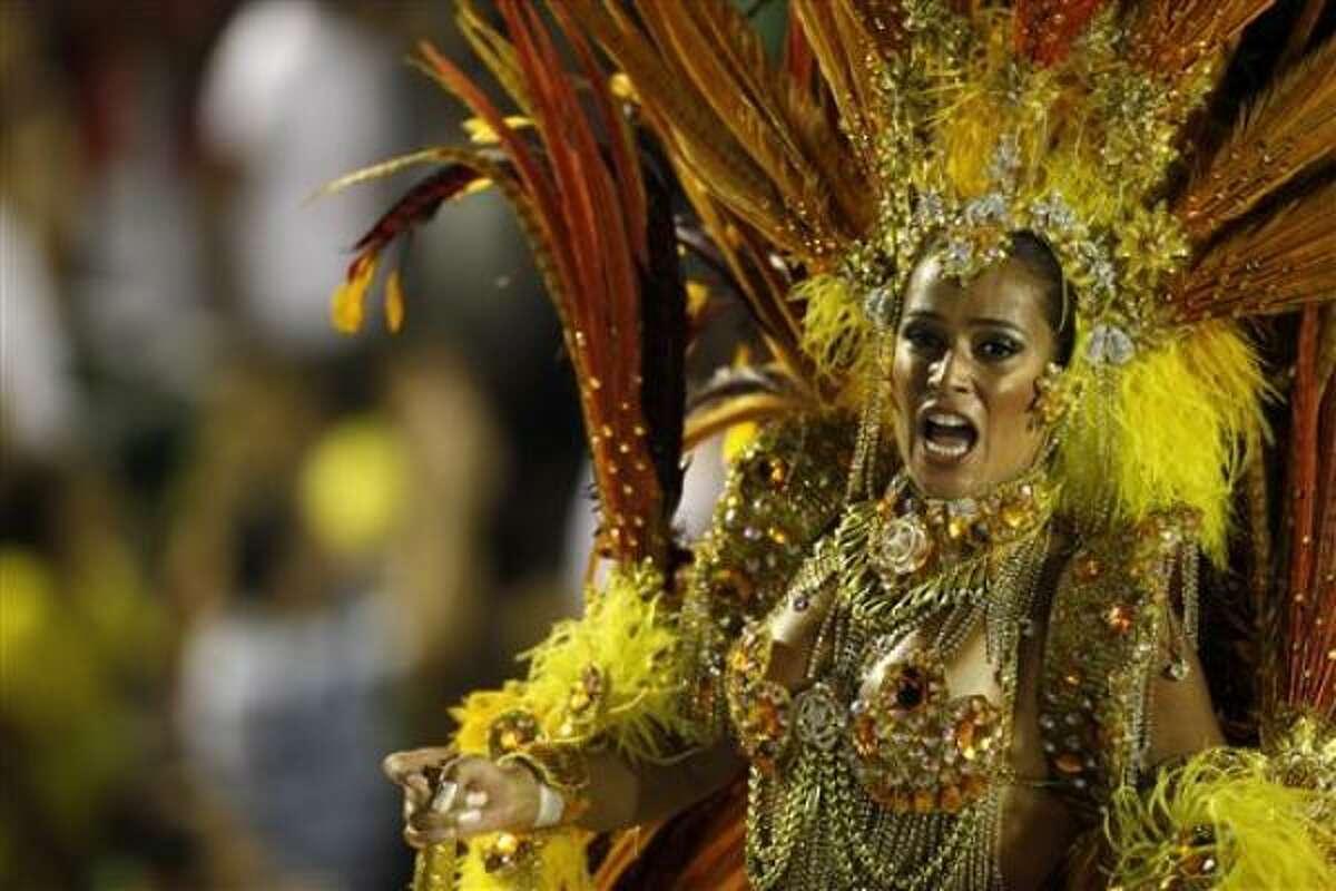 Una bailarina de la escuela de samba Unidos da Tijuca actúa en el Sambódromo durante el Carnaval de Río, lunes 15 de febrero de 2010. (AP Foto, Felioe Dana).