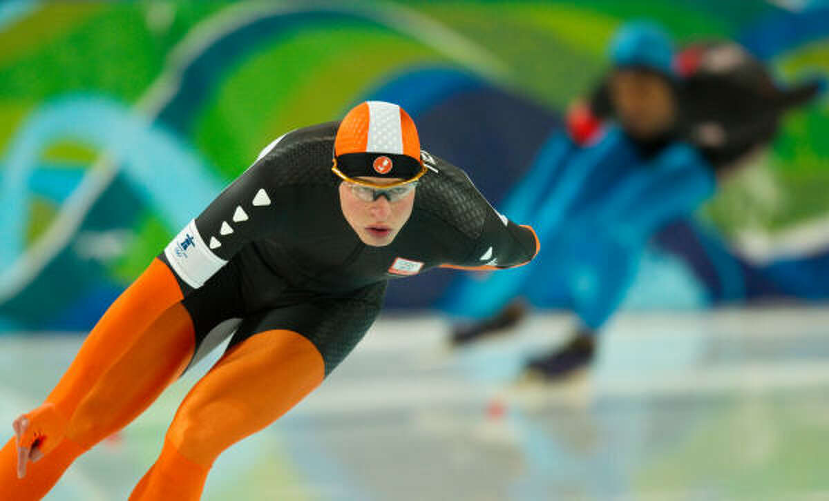 Sven Kramer of the Netherlands leaves Shani Davis of the U.S. far behind as he skates to a time of 6:14.60 to win the gold.
